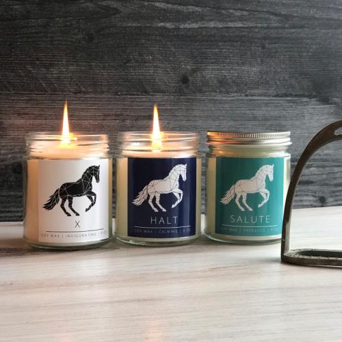 trois bougies de soja avec des chevaux sur eux bougies équestres
